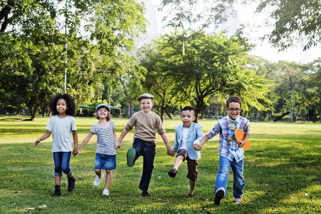 """孩子缺乏""""带头意识"""",是不自信的表现,这三招父母要知道"""