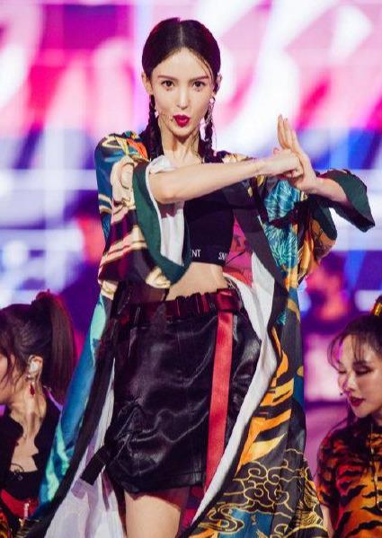 名门泽佳:金晨跳舞造型有多美?穿印花露腰装搭泪痣妆效果惊艳众人