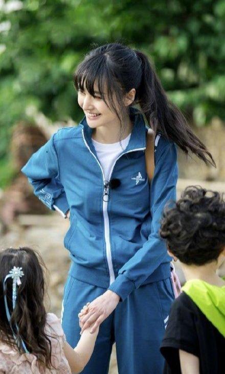 名门泽佳:郑爽新造型太少女!穿蓝色复古校服搭高马尾效果青春甜美