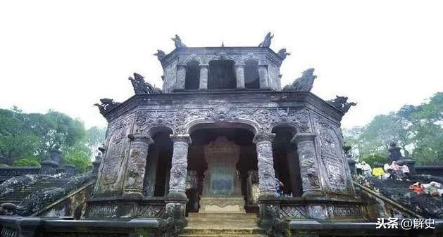 一个隐藏千年的皇陵墓,一户平民人家世代守护,却说出墓主人是谁