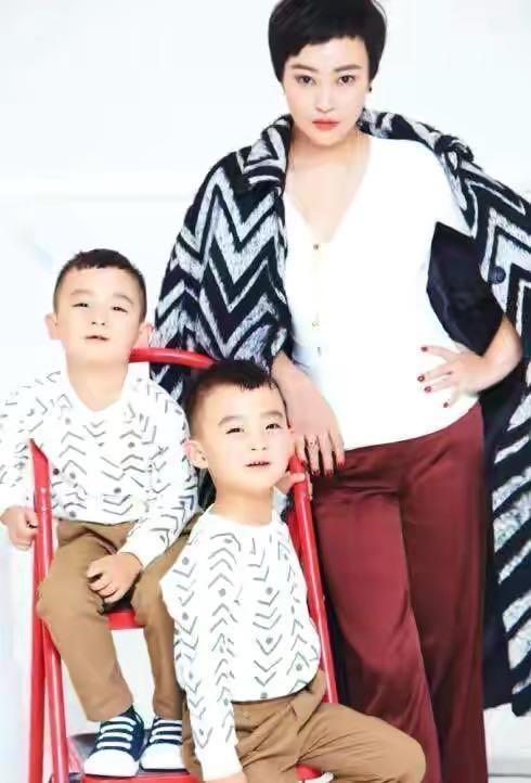 郝蕾帶雙胞胎兒子外出吃飯,變超人同時喂倆兒子,兒子長得不像媽
