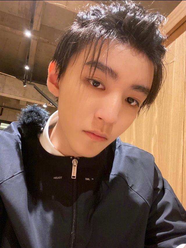 王俊凱日系美男實錘,中餐廳再扎菠蘿頭,無奈卻被他成功搶鏡