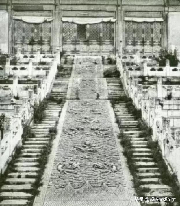 慈禧逃走后,日本人拍下了当时紫禁城的照片,看完难以置信