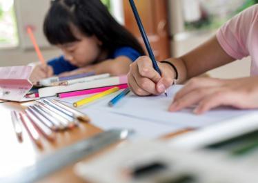 娃独自写作业的视频火了,网友:作业是有多无趣,把孩子逼成这样