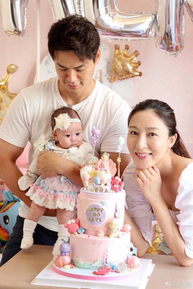 杨怡罗仲谦晒全家福为女儿庆百日,小珍珠正面首曝光,和爸爸很像