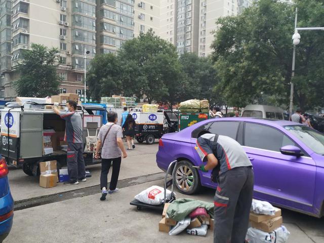 北京天通苑西三区大连关联病例详情公布,小区连夜搭建核酸检测点