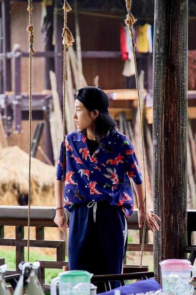 """张子枫年龄小也会穿,衬衫上面画满""""星球"""",尽显""""少年气"""""""