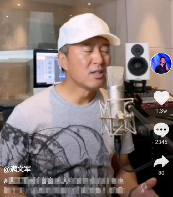 51岁的他曾经是当红歌手,如今每天只能在直播间唱歌