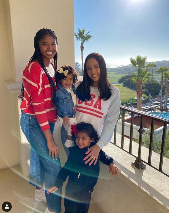 走出黑暗,Vanessa曬和三位女兒合影,面帶微笑!-黑特籃球-NBA新聞影音圖片分享社區