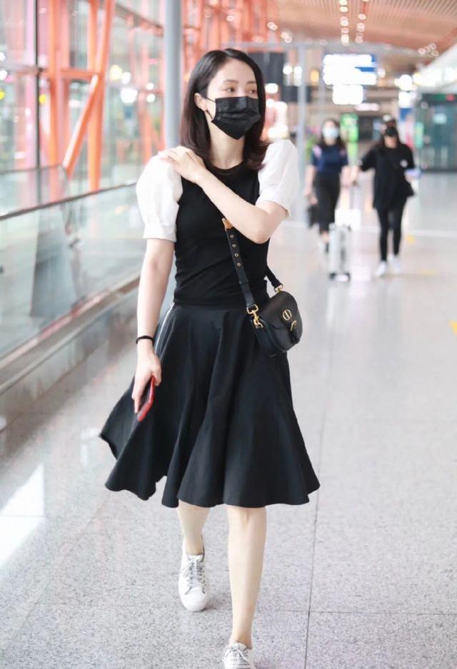 """41岁董璇现身机场,穿黑白裙装清纯少女感满满,""""莲藕腿""""瞩目"""