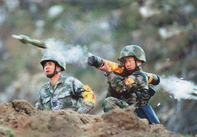 """中国""""打完就扔""""火箭筒,发射时管壁通红发亮,看着都烫手"""