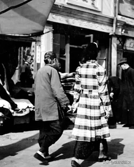 民国老照片:身穿旗袍的北京美女。