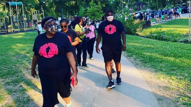 美国黑人发帖称不敢独自外出散步,超800名邻居陪同场面壮观