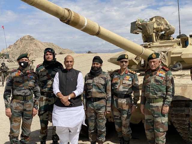 印度防长访问中印边境地区,观看印军坦克和步战车演练