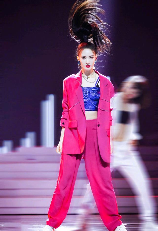 金晨霸气甩头发好酷,身穿桃红色西装站在舞台上,魅力四射