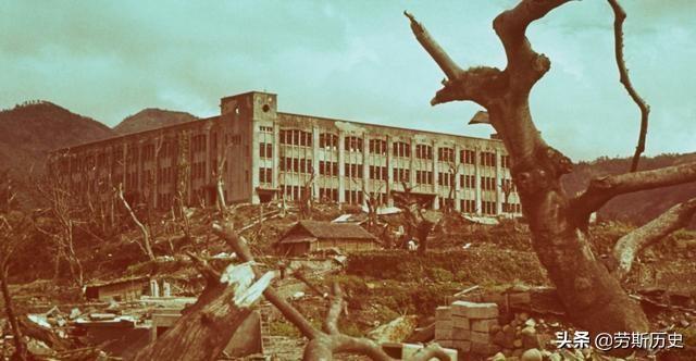 原子弹轰炸后的广岛老照片,瓦砾和死树是常态,八个月后仍是废墟
