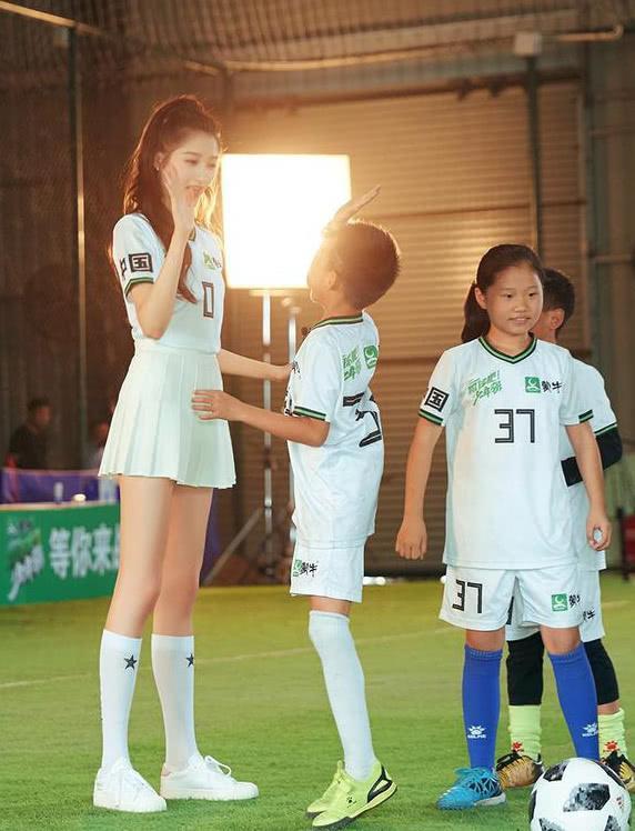 关晓彤足球宝贝、热巴足球宝贝、baby足球宝贝,看到鞠婧祎