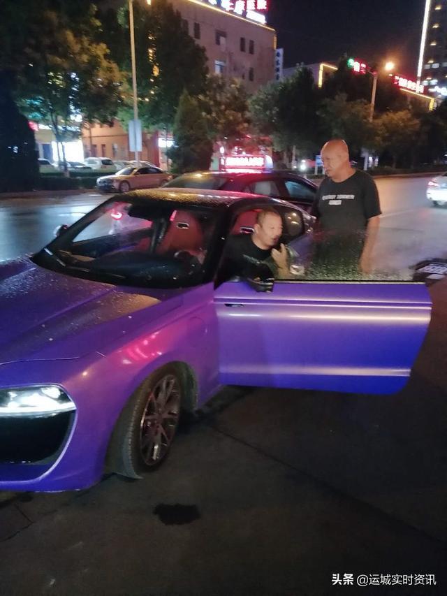 """运城黄金水岸南门附近""""轿跑""""车撞了出租车,司机满身酒气,怕报警,赶紧逃逸,大家帮助警方发现举报该车"""