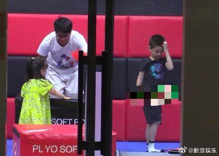 杜江霍思燕3岁女儿正面照曝光,嗯哼陪妹妹玩耍,一家三口变四口