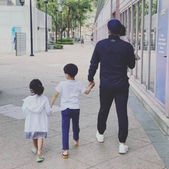 霍启刚又带娃!3岁女儿穿健美裤长腿抢镜,7岁儿子着装简单接地气