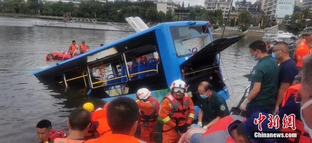 痛心,贵州坠湖公交已致5名学生遇难!驾驶员也已身亡