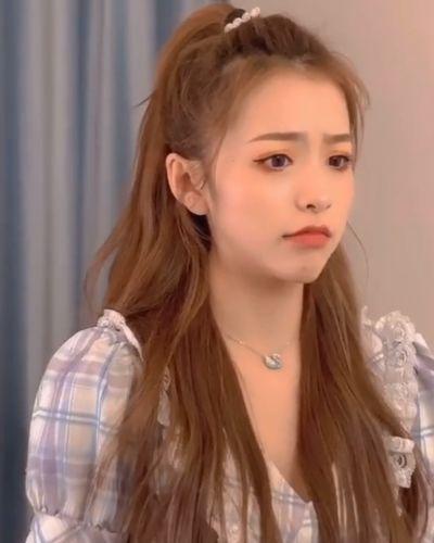 刘思瑶被质疑整容后,怒晒初中照片,网友却说和现在判若两人