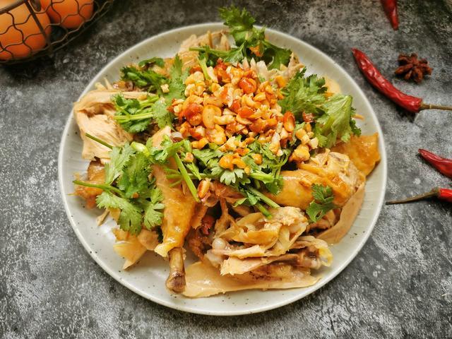 在家做懒人版葱油鸡,葱香浓郁,鲜嫩多汁,一个电饭煲就搞定