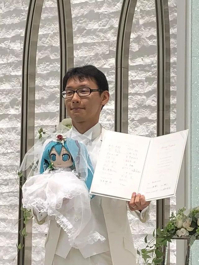 喜歡紙片人是病? 這家公司讓你和紙片人接吻? 還能領結婚證?