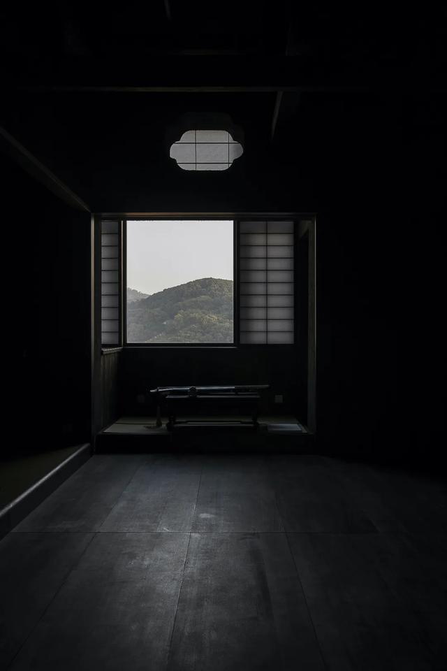 一个温州男教师,花100万把家刷成全黑,9成时间在家避世