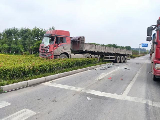 新乡一客车与货车相撞,纷纷冲进路边绿化带