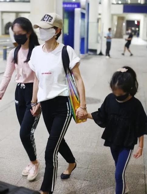 """马伊琍领俩女儿逛街,十指紧扣好有幸福感,穿搭简约从小不""""富养"""""""