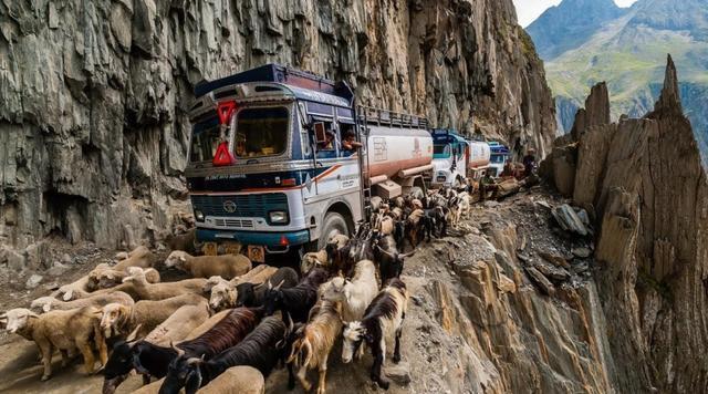 印度专家说中国人太天真,公路只有印度一半多,还自称基建大国