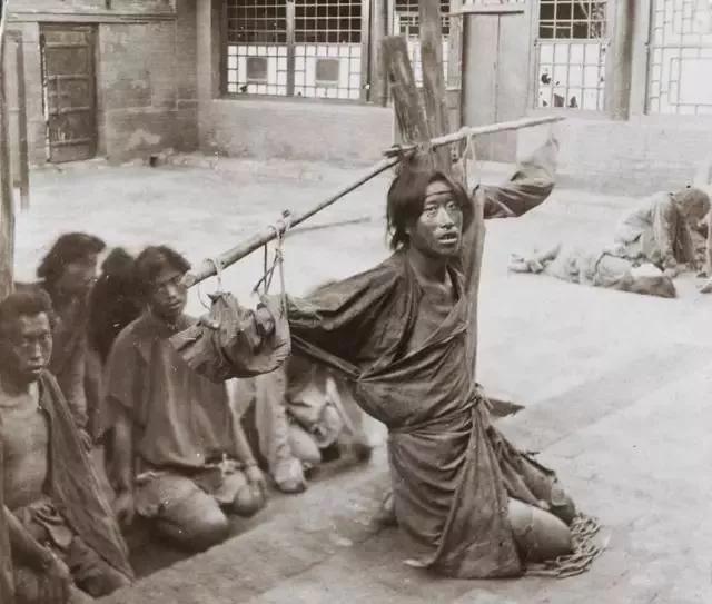 晚清酷刑老照片:刑具普通但无比折磨人,图3专门为女犯人而设计