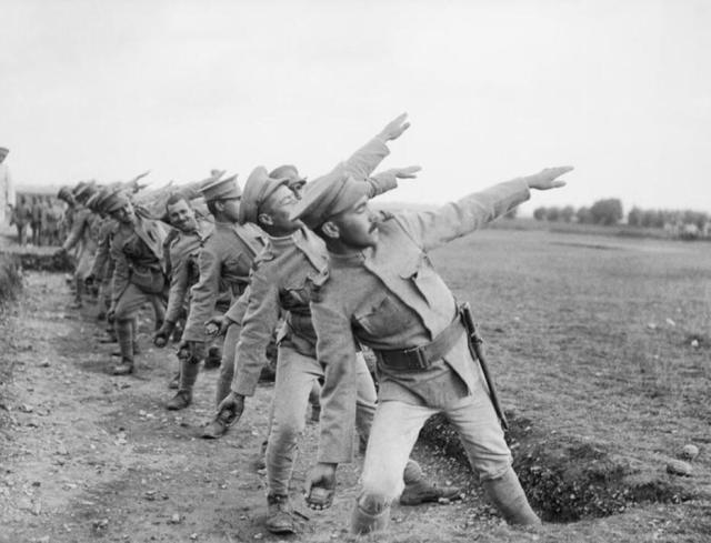 102米!炮兵团中尉教员深藏绝技,开创解放军手榴弹投掷新纪录