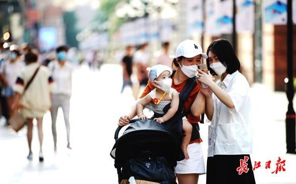 楚河汉街:奶茶店排起了队,乐高六一销量超去年