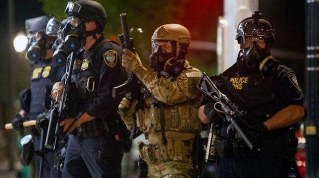 美国暴乱不停歇,白宫秘密特工队乱抓人,美总统:谴责香港人权问题