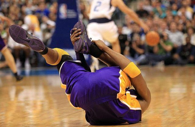NBA球員受傷的瞬間!人們只羨慕他們的收入,他們卻在拿身體健康來交換!