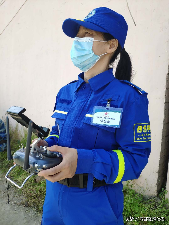 江苏镇江:无人机精准投放救生圈,水上救援再添利器