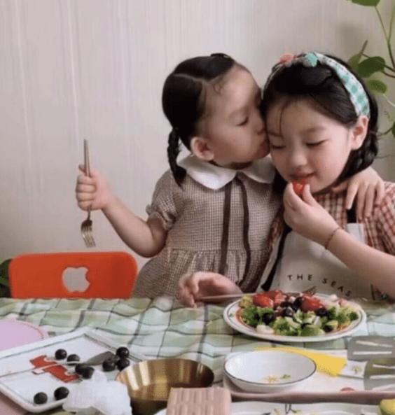 8岁阿拉蕾给妹妹做早餐,瘦了五官更精致漂亮,妹妹颜值不如姐姐