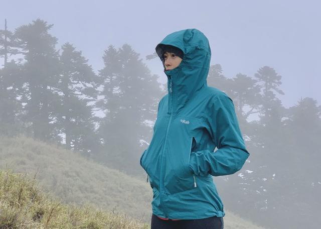小众户外品牌Rab连帽防水外套测评,适合春夏使用的轻量冲锋衣