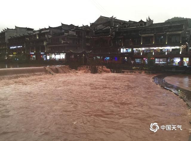 大暴雨袭击湖南凤凰 沱江水位暴涨古城被淹