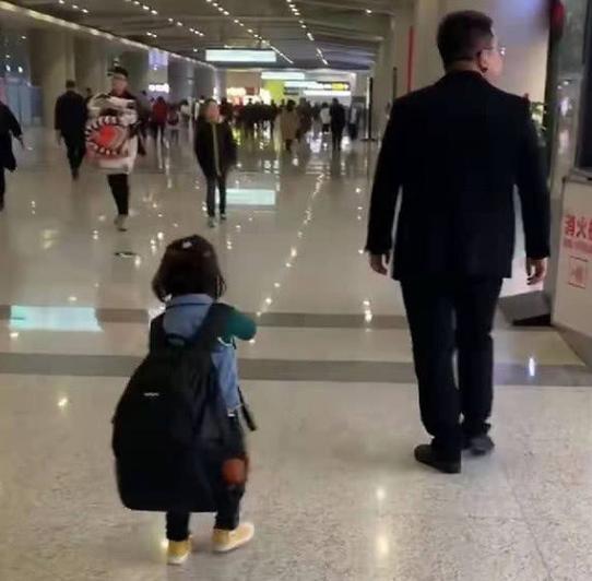 """爸爸为防止女儿走丢放出""""大招"""",网友:这个做法很新颖"""