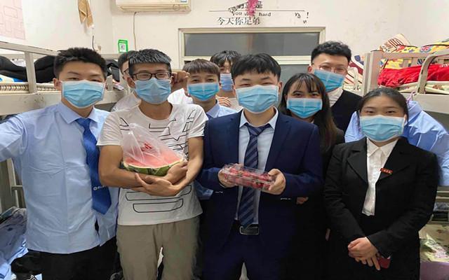 八维上海全栈开发专业老师给学生送温暖送爱心
