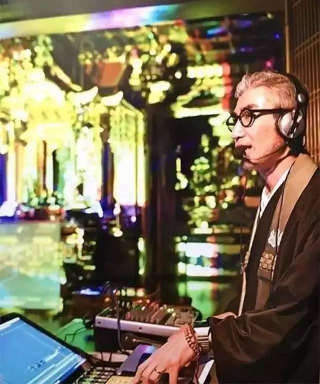 他在寺庙办了场演出,凭一只木鱼就撑起了整个乐队