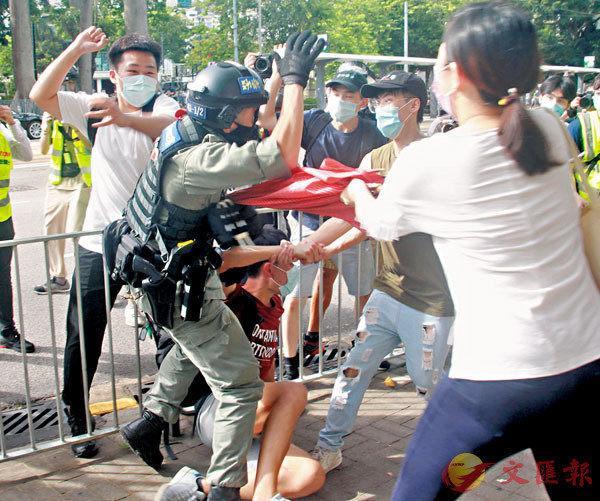 """刺伤港警暴徒疑为接到""""哨兵""""报信,警方正全力追缉其余逃犯"""