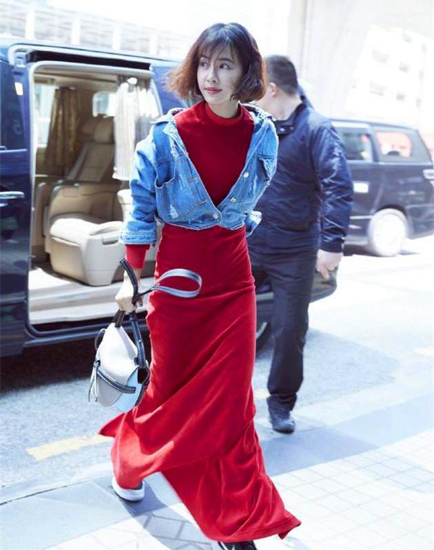被蔡依林短发造型惊艳到!穿红色连衣裙配牛仔外套,网友:好时尚