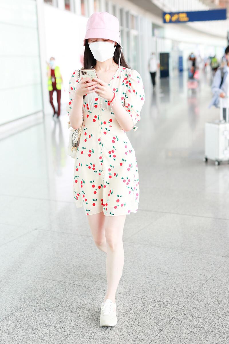 宋轶穿搭好清新!白色连衣裙搭粉色渔夫帽,比旗袍还惊艳