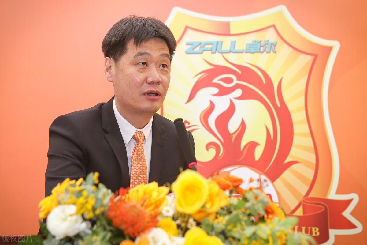 沪媒:追求李霄鹏的中超俱乐部很多,限薪后土帅更吃香