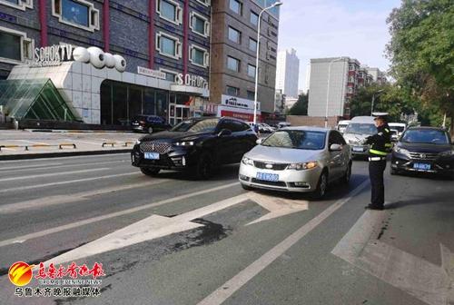 乌鲁木齐交警为长江路片区通行提速