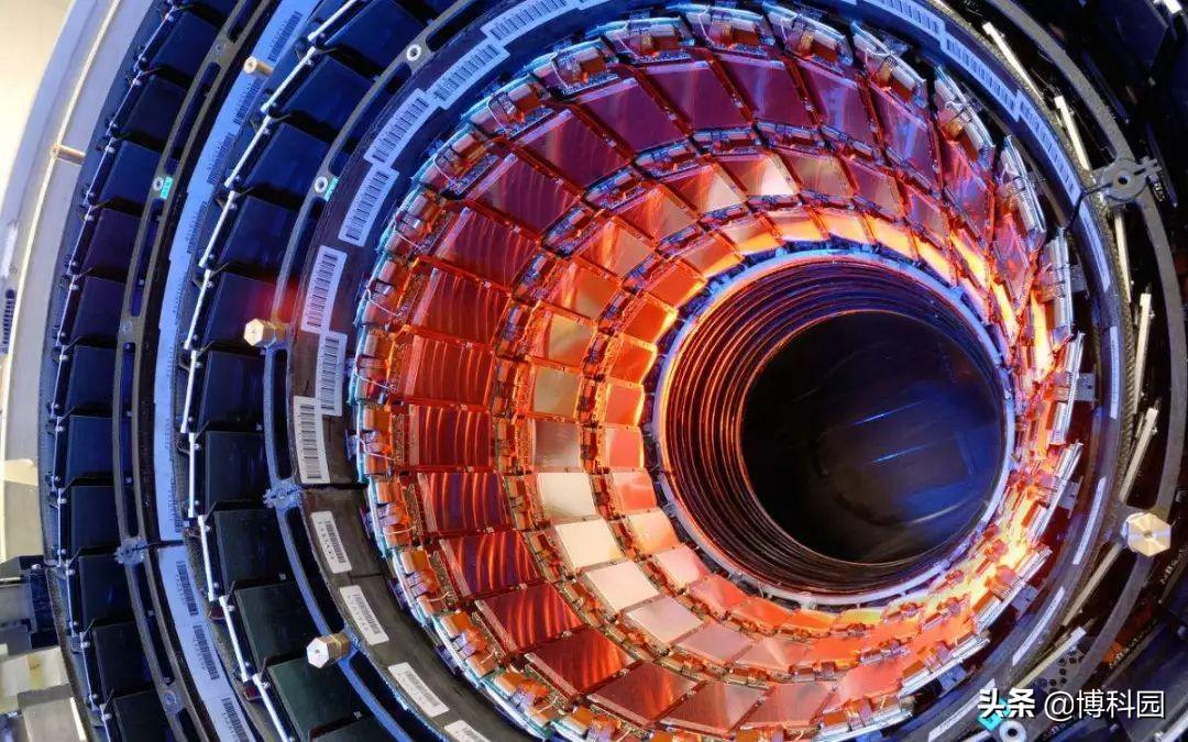 用对撞机观测:电磁量子理论量子电动力学预测的光散射!